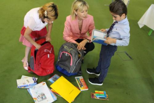 (2) Übergabe der Bildungsrucksäcke an die Kinder der Flüchtlingsnotunterkunft