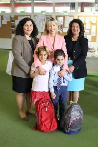 (1) Übergabe der Bildungsrucksäcke an die Kinder der Flüchtlingsnotunterkunft