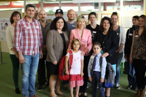 (3) Übergabe der Bildungsrucksäcke an die Kinder der Flüchtlingsnotunterkunft